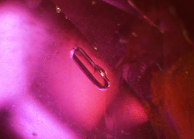 写真4:柱状の結晶(パーガサイト)インクルージョン:パーガサイトは角閃石の一種で、モザンビーク産ルビーの母岩である角閃岩の主要構成鉱物である