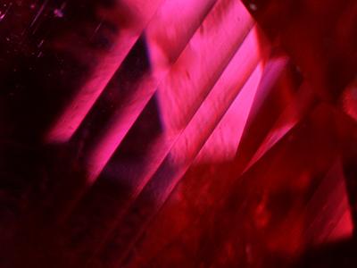 写真6:ブラインド状双晶面:変形双晶の一種で、しばしばモザンビーク産ルビーにも見られる