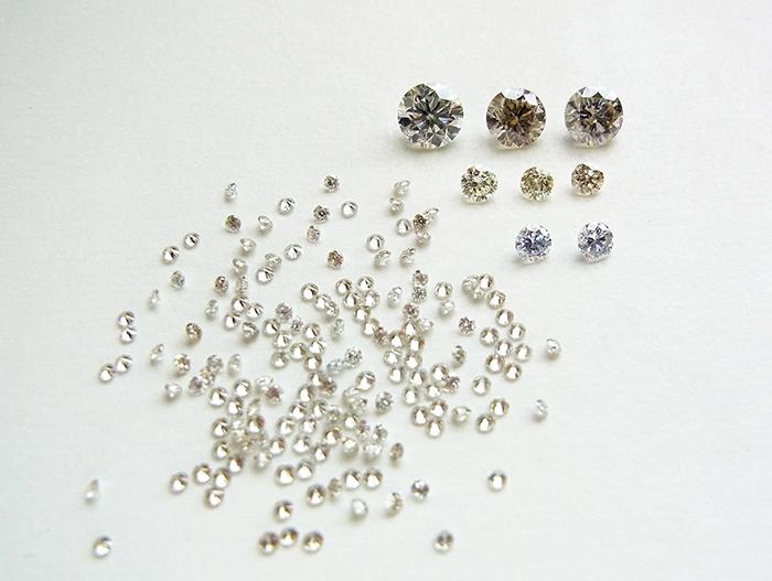写真1:研究用に調査した中国製と思われるHPHT合成ダイヤモンド。最大は0.52ct