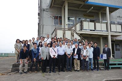写真13 ルビカ工業、工場前にて集合写真
