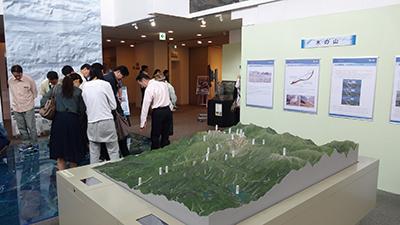写真7 同博物館で地形を確認する見学者