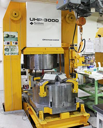 図2:マルチアンビル高圧発生装置。愛媛大学地球深部ダイナミクスセンターに設置されているORANGE 3000