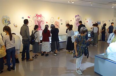 写真3:「宝石の国」展展示会場の様子