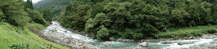 図 5:小滝川ヒスイ峡(写真左が上流、右端がヒスイ産地の上流側境界)