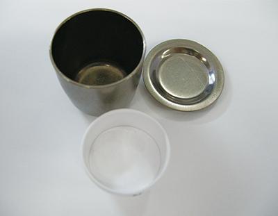 図3:加熱に用いたるつぼ。上部がジルコニウムるつぼ とその蓋、下部がムライト製磁性るつぼ