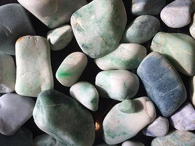 図6–3:姫川と青海川で発見された青色ヒスイを含む各色の河川料