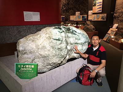 図6–1:フォッサマグナ・ミュージアムに収蔵されている小滝地区産の4.6トンのヒスイ輝石岩