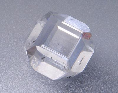 図13:HPHT合成原石(5.62 ct)