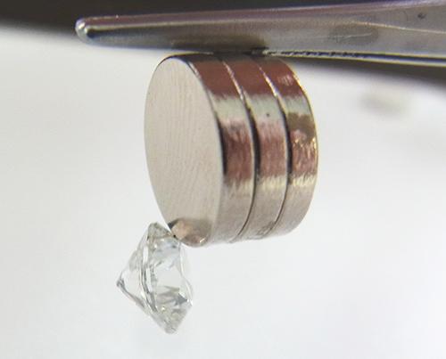 図20:磁性のあるHPHT合成ダイヤモンド