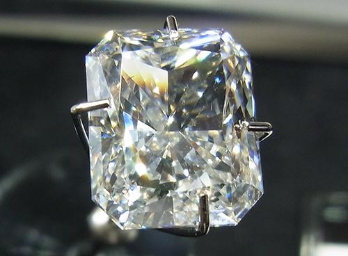 図1:CVD合成ダイヤモンド(5.02 ct, F, VS1相当)
