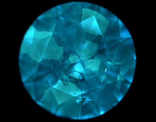 図21–2HPHT合成ダイヤモンド/DiamondViewTM像の一例