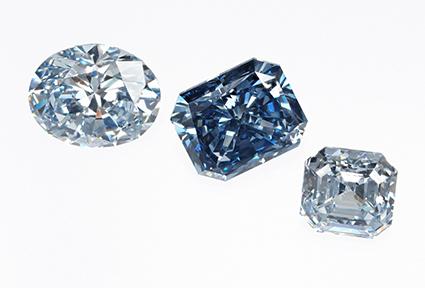 図8:ロシアNDT製HPHT合成ダイヤモンド(中央2.06 ct)