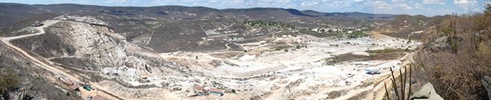 図6:バターリャ鉱山全景(2005年10月撮影):写真左側からエイトー氏、ジョンヒッキー氏、ハニアリー氏の鉱区