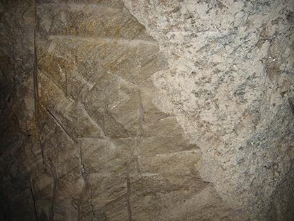 図7:基盤の石英片岩(左)にペグマタイト(右)の貫入(写真横幅およそ1m)