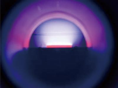 図3.CVD法の固相 – 気相界面の写真 a)マイクロ波プラズマCVD法
