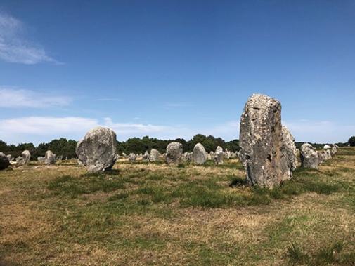 03-03カルナックの巨石遺跡のメンヒル(巨石記念物)RGB180-505