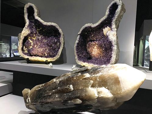 03-43自然史博物館紫水晶ガマと大原石RGB165-499
