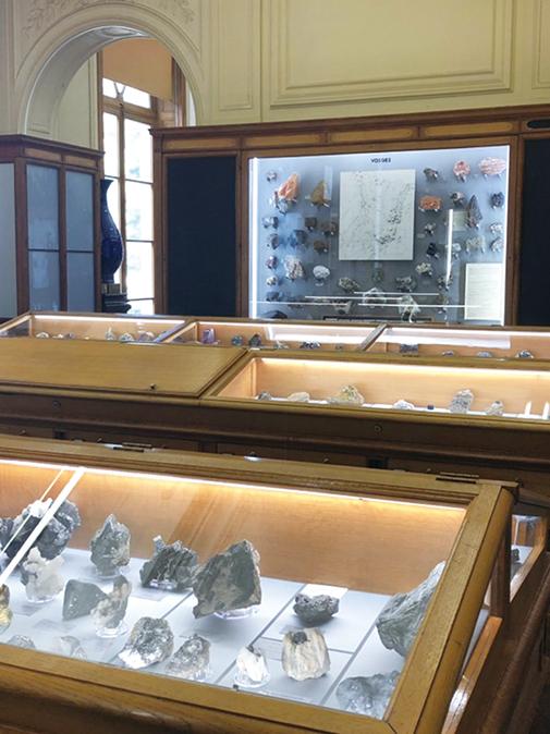 03-49鉱物博物館3展示室RGB180-505