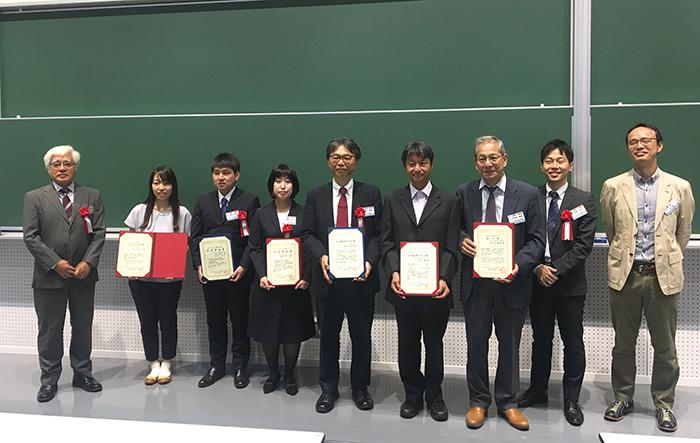 日本鉱物科学会会長榎並正樹名古屋大学教授(左)と本会で受賞された面々