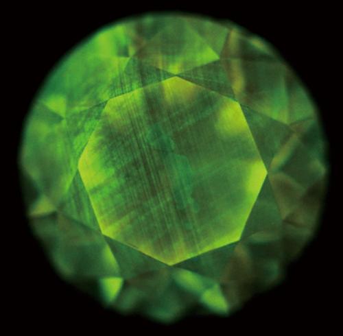 図10. Ⅰb型天然ダイヤモンドのDiamondViewTM像の一例。交差する2方向の線状模様が認められる