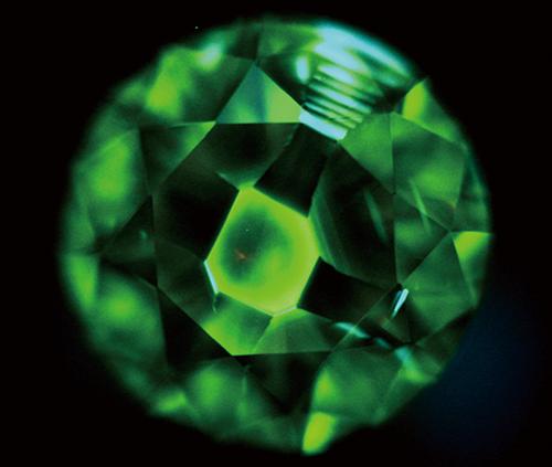 図17. Ⅰb型HPHT法合成ダイヤモンドの典型的なDiamondViewTM像。緑黄色に発光する領域が{100}で、暗い領域が{111}