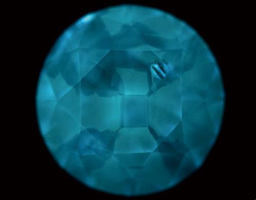 図18. Ⅱb型HPHT法合成ダイヤモンドの典型的なDiamondViewTM像。明るく発光する領域が{111}で、暗い領域が{100}