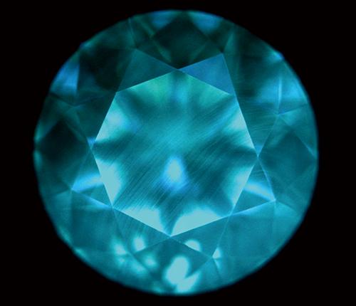 図21. CVD法合成ダイヤモンドに特徴的な線状模様