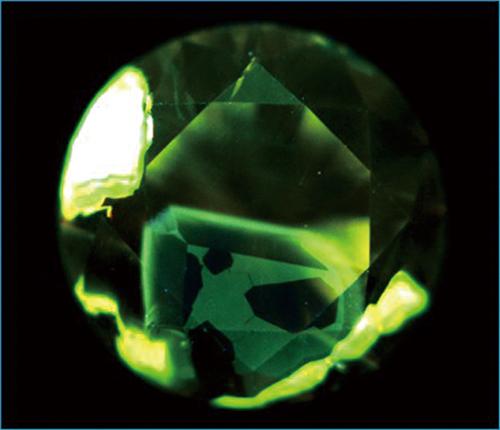 図22. 天然ダイヤモンドの特異なDiamondViewTM像