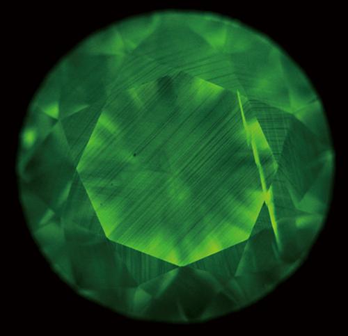 図9.Ⅰb型天然ダイヤモンドのDiamondViewTM像の一例。平行する多数の線状模様が認められる