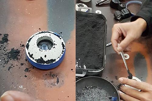 処理されるサファイアを容器に入れたところ(左)。通常、容器に1石ずつ入れて処理される。容器はグラファイト粉末で満たされ密封される。グラファイトは還元雰囲気を作り出すだけでなく、加熱炉内の温度が均一に分布するのに役立つ。写真:GIT