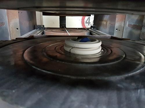 密封された容器はその後、加熱/加圧機に入れられる。写真:GIT